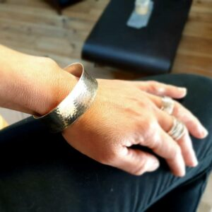 Grote gehamerde zilveren armband