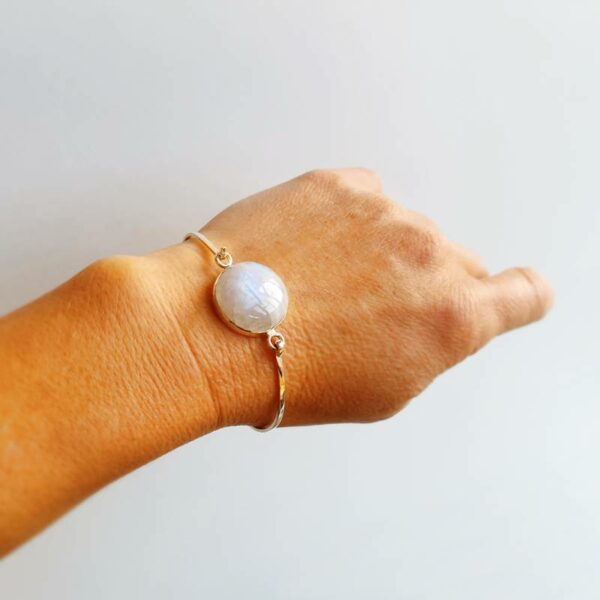 Brazalete de plata con piedra de luna