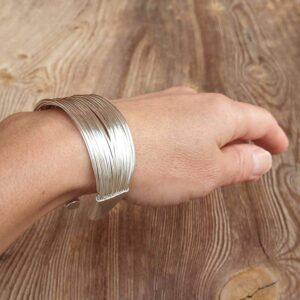 Silbernes Armband mit mehreren Armreifen