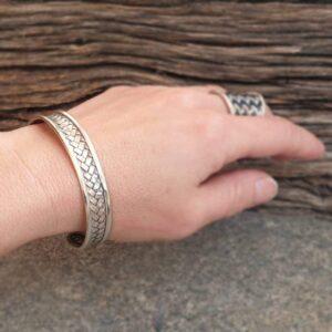 Geflochtener Armreif aus massivem Silber