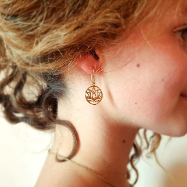 Gouden lotusbloem oorbellen