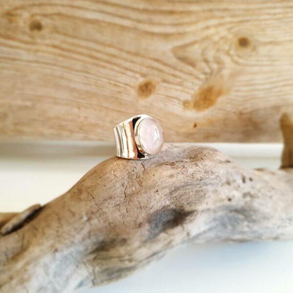 Verstellbarer Ring aus silbernem Rosenquarz