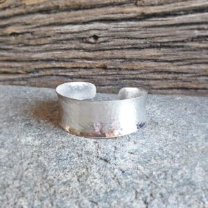 Pulsera grande de plata martillada